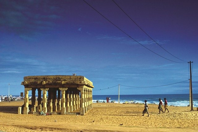 Shangumukham beach situated around 9 kms from hotel oasis is an ideal place to relax in the evenings. It is very near to the Trivandrum airport too. There is a cycle park and a kids park too to entertain children.