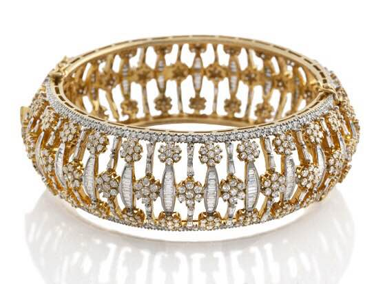 Don't you wanna look occasion ready in just one go. Try this Heavy Diamond Kada style which will make your circle go enamour. The design of baguette and round Diamond Gold Half Bangle will look perfectly fantastic. Whether it's a cocktail party or any social event, this Bangle Design will make you look splendid. Grab this or get Customised Jewelry only at Valentine Jewellery Store in India