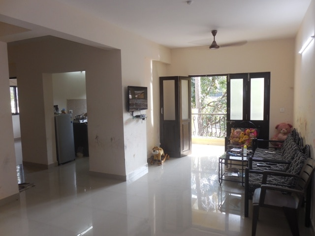 2 Bhk 98sqmt flat for Sale in Mapusa, North-Goa.(52L) •	98sqmt. on 3rd floor (3yrs old apx) •	Unfurnished •	With 2toilet-bathrooms, 4balconies, vitrified flooring •	With lift •	Stilt car parking •	Price –Rs. 52Lacs   FOR MORE DETAILS FOLLOW THE LINK  https://www.sharmagoa.com/propertyDetails/2-bhk-98sqmt-flat-for-sale-in-mapusa-north-goa-52l-6540.htm
