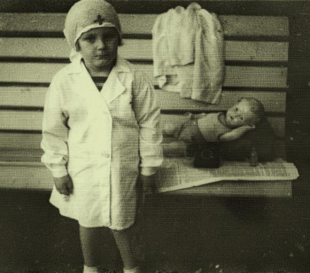 18 Lovely Vintage Photos of Children as Nurses https://t.co/26TBPtuR0V