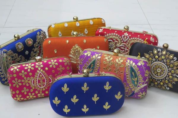 Blinkk is ready to rock the festive season with its all new range of box clutches and potli bags! Come and grab a box clutch for Rakshabandhan!