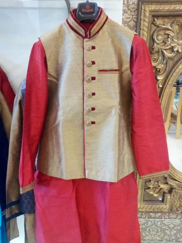 The royal armour to any traditional attire, jackets enhance the look for all occasions! Be it marriage or festivals; dress up in these precisely crafted jackets that come in a mix of royal colours, finest fabrics and rich embroidery.