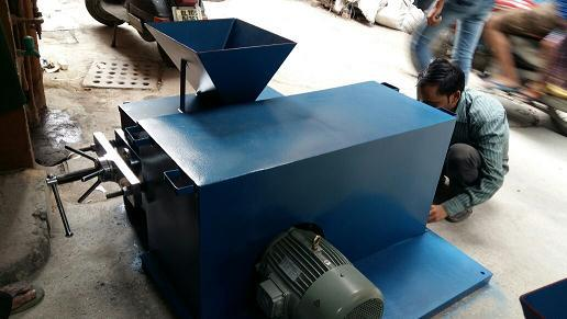 COAL TESTING INSTRUMENTS DOUBLE ROLL CRUSHER The  Double Roll Crusher with   hardened alloy steel rollers to Crush the Coal. The rollers are fitted to a steel shaft and are mounted on heavy duty gun metal bearings. Heavy duty motor with the help of V belts and Gears.