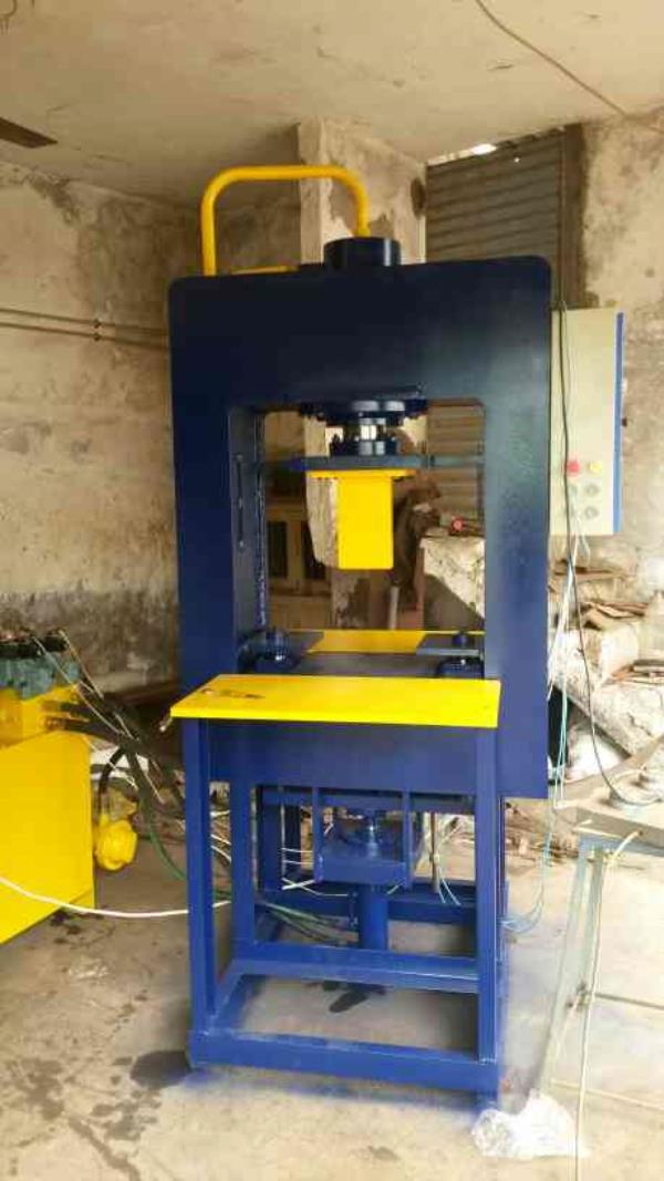 center De moulding system type paver block making machine