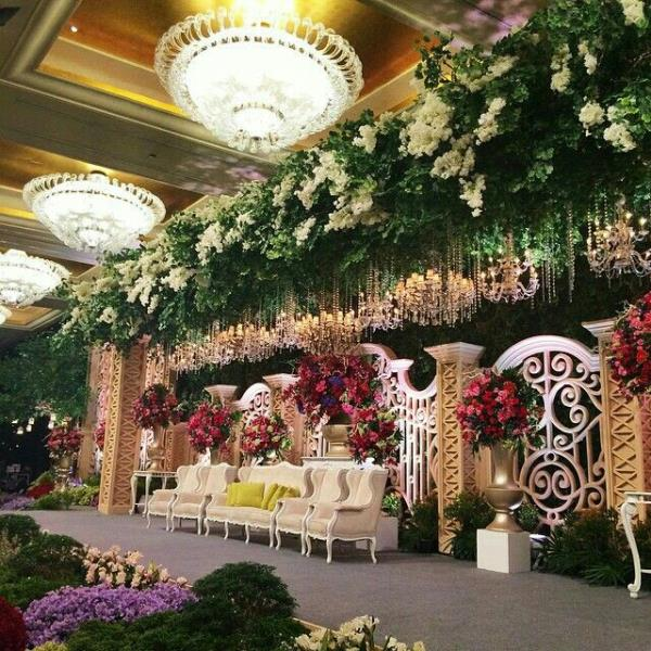 Your grand wedding needs a grand floral decor. Make your reception in 5 star hotels a star studded affair with high style flower decoration.