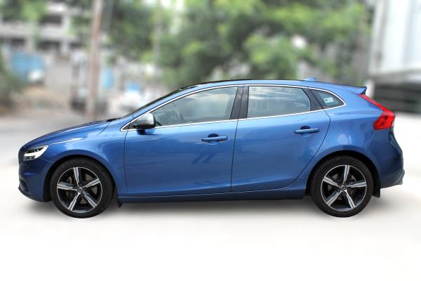 VOLVO V40 D3  R DESIGN, (BLUE COLOR, DIESEL) 2017 model done only 6, 000kms in absolute mint condition... buy now and get one year service pack from us. For further info call 7569696666