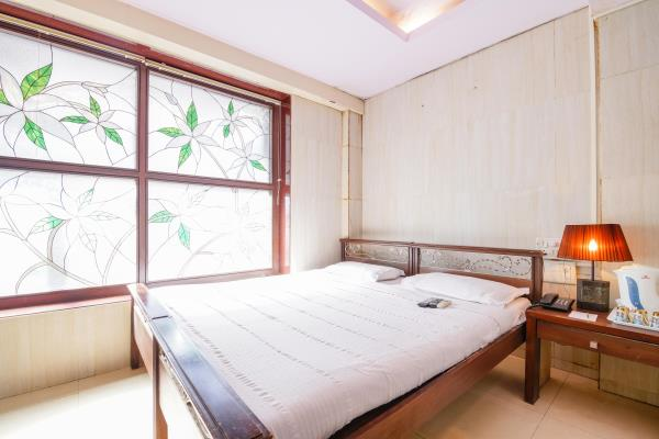 Best Room near Bombay Hospital We are a three star budget hotel in the heart of South Mumbai. Call us for cheapest rates. Thank you! - by Haredia Hotel, Mumbai