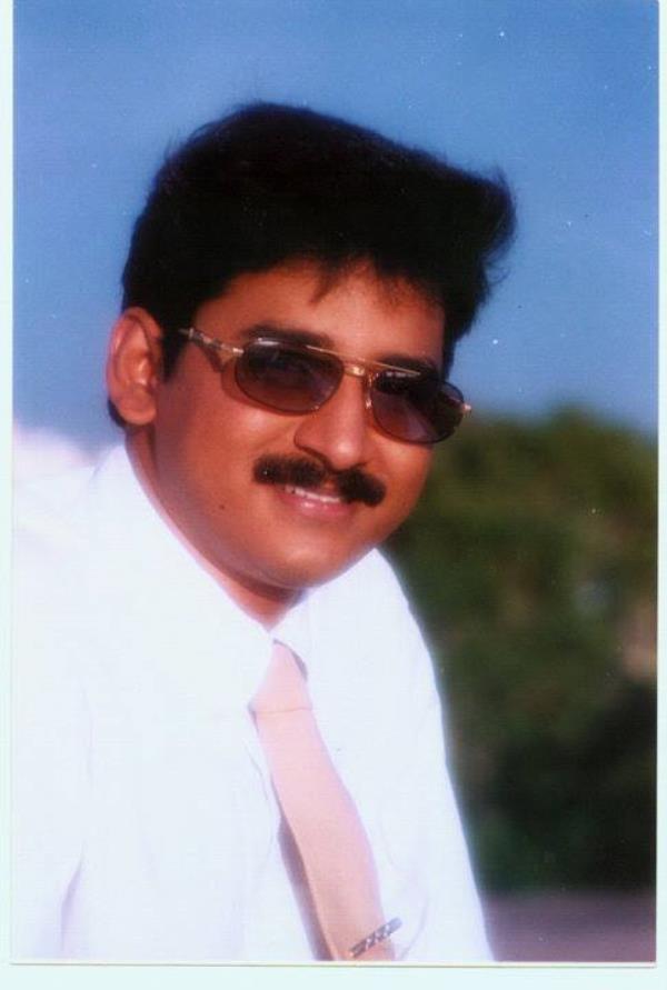 Enkanitham குழந்தைகளுக்கு பெயர் (Hindu baby names) வைப்பது   NUMEROLOGY, VASTHUST VIJAY TV FAMOUS  AKSHAYADHARMAR, B.SC., M.A., M.PHIL., DNYT  SAMYAPURAM, ARCH OPP, SAMYAPURAM, TRICHY-621112 EMAIL: akshayadharmar@gmail.com  WEB: www.akshayadharmar.blogspot.in Cell no : 04312670755 , 9842457516 , 8524926156  அதிர்ஷ்டதிர்க்கும் வெற்றிக்கும் உங்கள் குழந்தைக்கு என்ன பெயர் வைக்கவேண்டும்? குழந்தைகளுக்கு பெயர் (Hindu baby names) வைப்பது என்பது நம்முடைய இந்து கலாச்சாரத்தில் மிக முக்கியமான வைபவமாகும். நம்முடையமுன்னோர்கள் இந்த பெயர் சூட்டும்(baby naming function) வைபவத்தை ஒரு முக்கிய நிகழ்ச்சியாகவே தங்கள் குடும்ப உறுப்பினர்கள், உறவினர்கள் புடைசூழ நடத்துவார்கள். நம்முடைய கலாச்சாரத்தில் நாம் கடைபிடிக்கும் அணைத்து பழக்கவழக்கங்கலுமே நம்முன்னோர்கள் காலம் காலமாக கடைபிடித்து வந்தபழக்கங்கள் ஆகும். அனைத்துமே அறிவியல் சார்ந்த உண்மையும் அவற்றில் அடங்கி இருக்கும். ஒரு குழந்தையை(baby name) பெயர் சொல்லி அழைக்கும்போது அந்த பெயரானது காற்றில் கலந்து இருக்கும் இயற்க்கை சக்திகளுடன் ஒத்துசெல்லும் விதத்தில் நம்முடைய பண்டைய கலாச்சாரமான ஜோதிடத்தையும் (astrology), எண்கணிதத்தையும்(numerology)கலந்து பெயர் வைப்பர்கள். ஜோதிடமும் எண்கணிதமும் (astrology and numerology) இயற்க்கை சக்திகளான கிரகங்களுடன் சம்பந்தப்பட்டவையாகும்.கிரகங்கள் இல்லையென்றால் இந்த உலகமே இல்லை. சற்று நினைத்து பாருங்கள் சூரியன் என்ற கிரகம்(planet sun) இல்லையென்றால் சூரிய ஒளி கிடையாது. சூரிய ஒளி இல்லையென்றால் மனிதஇனம் அழிந்துவிடும். புல்பூண்டுகள், செடிகள், கொடிகள் தழைக்காது முளைக்காது. சந்திரன்(planet moon) இல்லையென்றால் எப்போதுமே பகல்தான் இரவு என்பதே இருக்காது. இந்த இரண்டு கிரகங்களுக்கே இப்படி என்றால் மீதமுள்ள 7 கிரகங்களும் இல்லையென்றால் நிலைமை என்னவாகும்? வானில் சுற்றிகொண்டிருக்கும் இந்தகிரகங்கள்தான் தங்களுக்கண்டான சக்தியை பூமியில் உமிழ்ந்து கொண்டிருக்கின்றன. பூமியில் சுற்றிகொண்டிருக்கும் கிரக சக்திகளுக்கேற்றவாறுதான் ஒவ்வொரு மனிதனுடைய சொல், செயல், சிந்தனைஅமைந்திருக்கும். ஒரு மனிதன் தாயுடைய வயிற்றிலிருந்து முதல் முதலாக வெளிவந்து இந்த உலகத்தை சுவாசிக்கும்போதே 9 கிரகங்களின் ஆளுமைக்கு உட்பட்டுவிடுகிறான். அவன் பிறக்கும் போது நிலைகொண்டிருக்கு