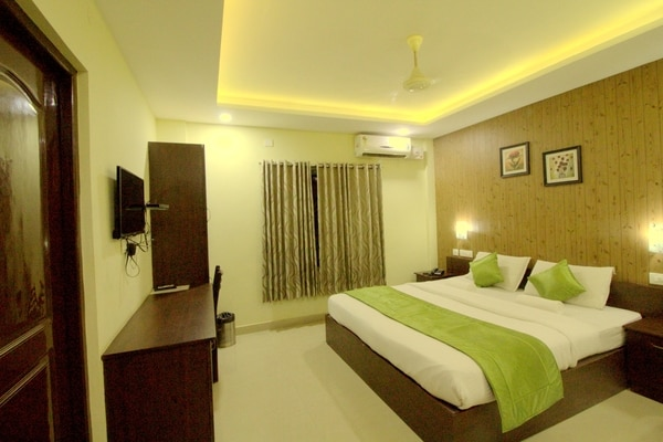 Looking for Affordable Hotels near Ernakulam Railway Station North?North Centre Hotel is located behind platform number two, SRM road. Classy room with Vegetarian Breakfast , WiFi available.