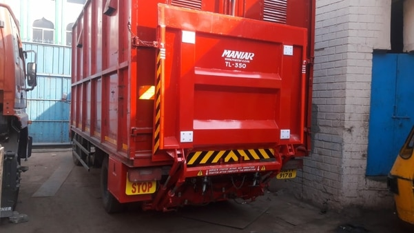 Maniar Tail Lift ready for dispatch. The Tailgate is used for lifting the objects to vehicle floor for easy loading of heavy material. The tail lift is lowered to Road level for unloading the material. The mechanism is hydraulically controlled.Very effecient, no maintenance.